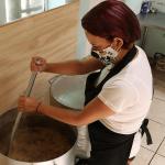 Los colaboradores de Komatsu entregaron cajas de alimentos a organizaciones sociales